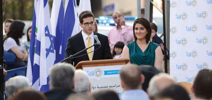 George Deek hält eine Rede in Jaffa anlässlich der Widmung eines Platzes zur Ehre seines Vaters im Jahr 2015. Foto Jewishjournal