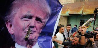 Schuhe werfen auf Donald Trump Plakat in Hebron. Foto Screenshot Youtube