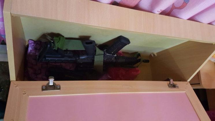 Das versteckte M-16 im Kinderbett. Foto Shin Bet