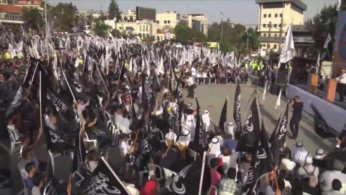 Tausende Unterstützer von Hizb ut-Tahrir, einer radikalen islamistischen Organisation, nahmen am 22. April 2017 an einer Kundgebung in Ramallah teil. Foto Hizb ut-Tahrir/Youtube Screenshot