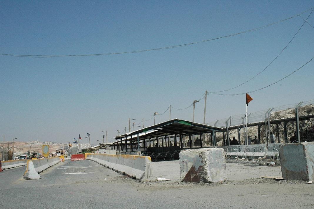 Der Kalandia Checkpoint bei Ramallah. Foto Justin McIntosh, CC BY 2.0, Wikimedia Commons.