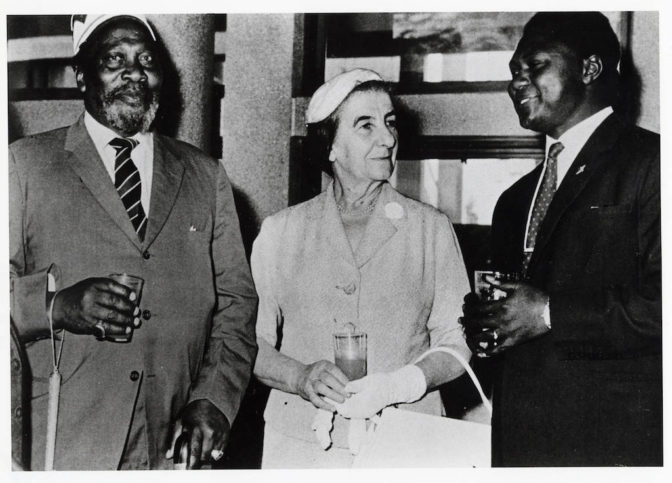 Golda Meir mit Jomo Kenyatta und Tom Mboya in Kenya 1960. Foto University of Wisconsin-Milwaukee Libraries