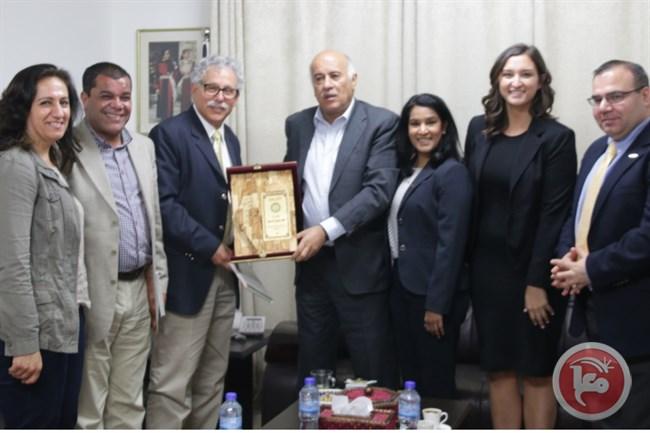 """Als Leiter des Obersten Rats der PLO für Jugend und Sport empfing Rajoub eine Delegation der amerikanischen University of Michigan Universität und der arabisch-amerikanischen Universität in Palästina in seinem Büro in der Zentrale des Rats und überreichte ihnen eine Karte von """"Palästina"""". Foto Offizielle palästinensische Tageszeitung Al-Hayat Al-Jadida, 5. Mai 2017"""