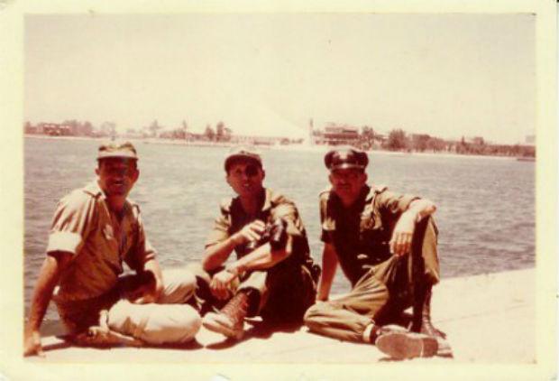 Ezer Weizman, Moshe Dayan und Motti Hod pausieren am Suez Kanal. Foto GPO