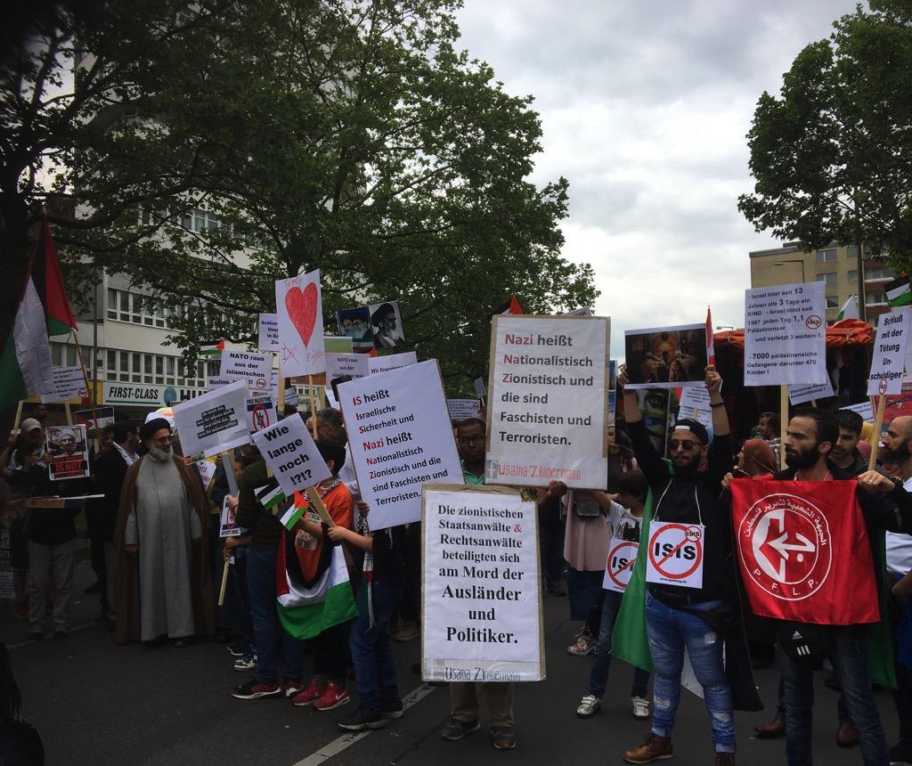 """Ein Teilnehmer trägt eine Fahne der Terrororganisation """"Popular Front for the Liberation of Palestine"""" (PFLP). Die EU und die USA führen die PFLP auf ihren Listen von Terrororganisationen. Foto Frederik Schindler"""