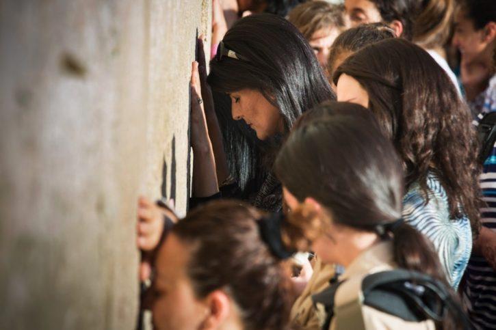 Nikki Haley an der sogenannten Klagemauer (Kotel) in Jerusalem am 07. Juni 2017. Foto Hillel Maeir / TPS