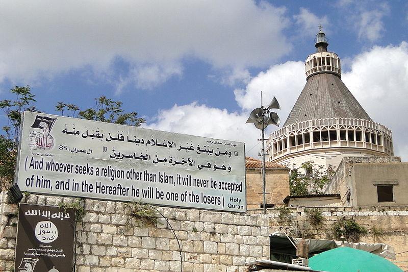 Warnplakat an der Verkündigungsbasilika in Nazareth. Foto Adam Jones Kelowna, BC, Canada. CC BY-SA 2.0, Wikimedia Commons.
