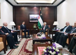 In seinem jüngsten Treffen mit den Abgesandten des US-Präsidenten, Jared Kushner und Jason Greenblatt, in Ramallah wies ein wutentbrannter Mahmoud Abbas die Forderungen zur Einstellung der Zahlungen an Terroristen und deren Familien zurück. Foto US-Aussenmisterium