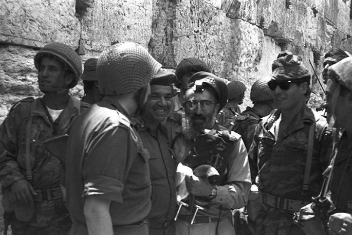 Rabbi Shlomo Goren umgeben von IDF-Soldaten vor dem Kotel. Foto: Eli Landau