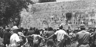 Nach der Vereinigung Jerusalems tanzen junge Israelis am 2. Juli 1967 auf dem Platz vor der Westmauer in der Altstadt Hora. Foto GPO