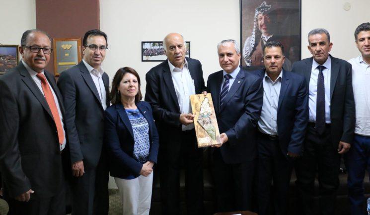 """Der Vorsitzende der International Federation of Equestrian Sports, Ingmar De Vos, erhielt im Sitz des Palästinensischen Olympischen Komitees von Rajoub eine Ehrenplakette mit Abbildung der """"Palästina""""-Karte der PA. Foto Facebook-Seite des Sekretärs des Zentralkomitees der Fatah, Jibril Rajoub, 15. Mai 2017"""