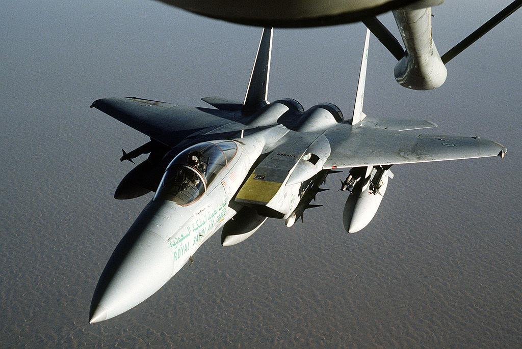 Eine F-15 der königlichen saudi-arabischen Luftwaffe. Die arabischen Streitkräfte verfügen nicht über die Fähigkeit zur Luftbetankung. Daher stellen die USA dies zur Verfügung. Foto TECH. SGT. H. H. DEFFNER / Public Domain