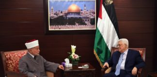 Präsident Mahmoud Abbas bei einem Treffen mit dem amtierenden Grossmufti von Jerusalem und Palästina, Scheich Muhammad Ahmad Hussein am 2. August 2017. Foto Ghanaim / WAFA