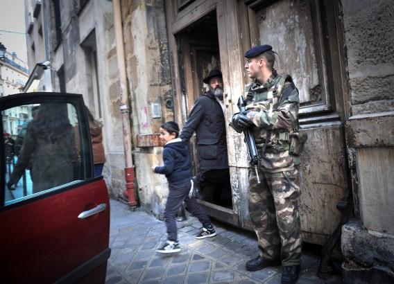 Französische Soldaten bewachen den Eingang zu einer Synagoge in Paris. Foto Serge Attal / Flash 90.
