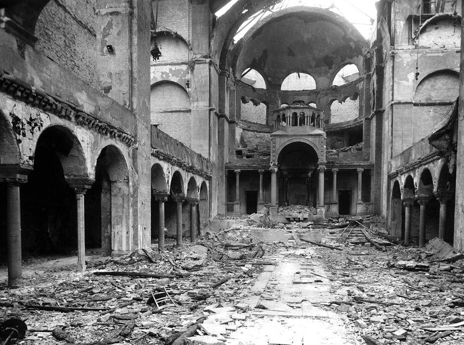 Innenraum der Synagoge Fasanenstraße in Berlin nach der Pogromnacht, November 1938. Foto Yad Vashem Fotoarchiv 520/3