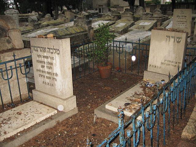 Sarah Aaronsohns Grab (rechts) und das Grab ihrer Mutter auf dem Zikhron-Friedhof in Israel.