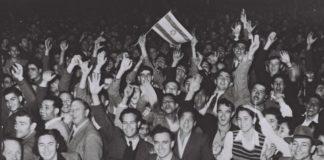 Menschenmassen in Tel Aviv feiern 1947 das Votum der UNO für die Teilung. Foto Government Press Office / Hans Pinn.