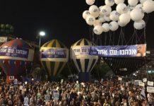 """Unter dem Motto """"Erinnert Euch, wir sind ein Volk"""" versammelten sich vor zwei Wochen in Tel Aviv um die 80'000 Personen am Ort der Ermordung Jitzchak Rabins zu einer Kundgebung. Foto Jacob Magid/The Times of Israel"""