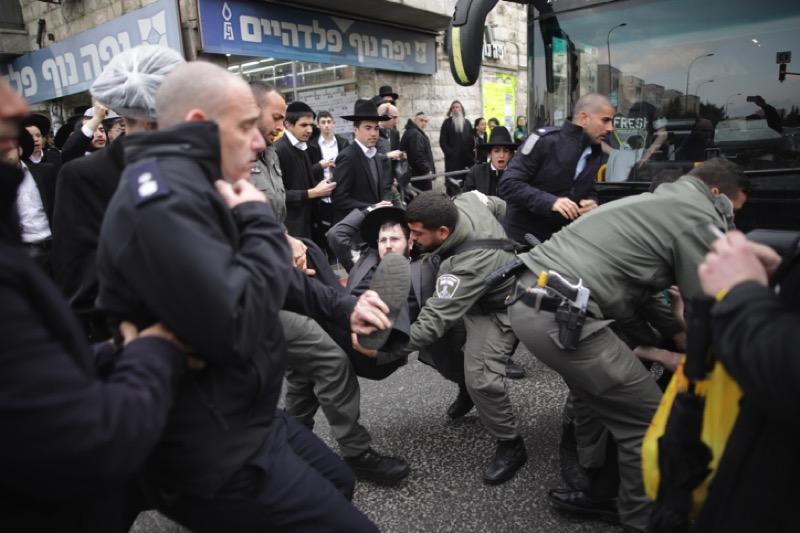Vor wenigen Wochen boten sich dem Zuschauer in Israel einige erschreckende Bilder: Protestierende orthodoxe jüdische Männer, welche Strassen blockierten und den Verkehr aufhielten, wurden von israelischen Polizisten zum Teil grob weggezerrt oder mit Wasserwerfern zum Aufstehen gezwungen. Foto Yonatan Sindel/Flash90
