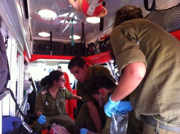 Das medizinische Team der IDF Jordan Valley Brigade behandelt einen Palästinenser. Foto zVg