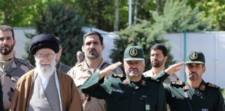 Der Kommandeur der iranischen Revolutionsgarden Mohammad Ali Jafari, rechts neben Ayatollah Sayyed Ali Khamenei. Foto Unknown - http://farsi.khamenei.ir/photo-album?id=36469#i, CC BY 4.0, https://commons.wikimedia.org/w/index.php?curid=59145847