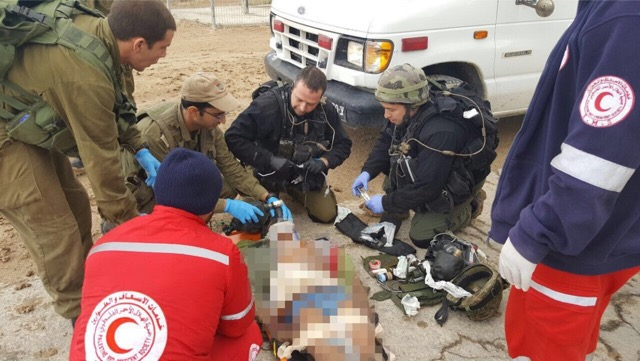 Das medizinische Team der IDF Jordan Valley Brigade im Einsatz mit Palästinensern. Foto zVg