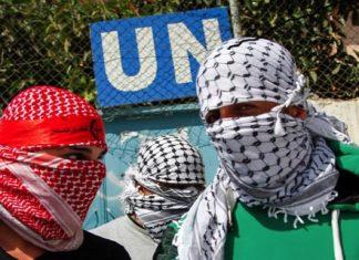 Maskierte Palästinenser vor dem UNRWA-Hauptquartier in Balata. Foto - Naser Ishtiya / Flash 90