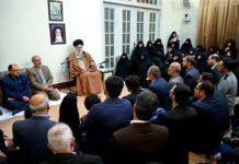 "Ali Khamenei's wöchentliches Treffen mit Familien von ""Märtyrern"", 2. Januar 2018. Foto khamenei.ir - http://farsi.khamenei.ir/ndata/news/38620/B/13961012_0938620.jpg, CC BY 4.0, https://commons.wikimedia.org/w/index.php?curid=65208858"