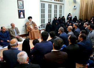 "Ali Khamenei's wöchentliches Treffen mit Familien von ""Märtyrern"", 2. Januar 2018. Foto khamenei.ir - http://farsi.khamenei.ir/ndata/news/38620/B/13961012_0938620.jpg, CC BY 4.0, https://commons.wikimedia.org/w/index.php?curid=65208858"