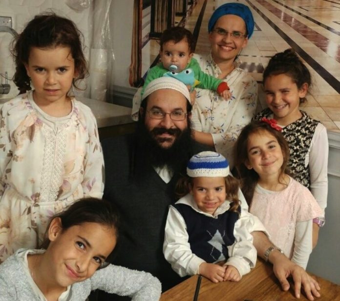 Rabbi Raziel Shevach mit seiner Familie. Foto zVg
