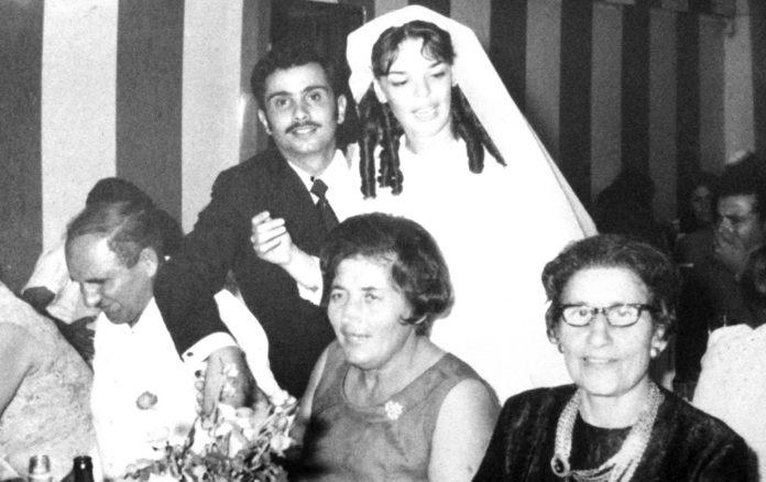 Auf dem Foto sieht man die Hochzeit von Tova (Gitalle). Es ist das Mädchen, das