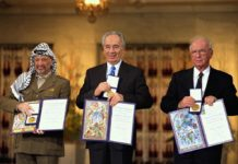 Arafat, Peres und Rabin erhalten den Friedensnobelpreis. Und wo ist der Frieden? Foto Government Press Office (Israel), CC BY-SA 3.0, https://commons.wikimedia.org/w/index.php?curid=22811903