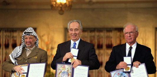 Arafat, Peres und Rabin erhalten den Friedensnobelpreis. Und wo ist der Frieden? Foto Government Press Office (Israel), CC BY-SA 3.0, https://commons.wikimedia.org/w/index.php?curid=22811903