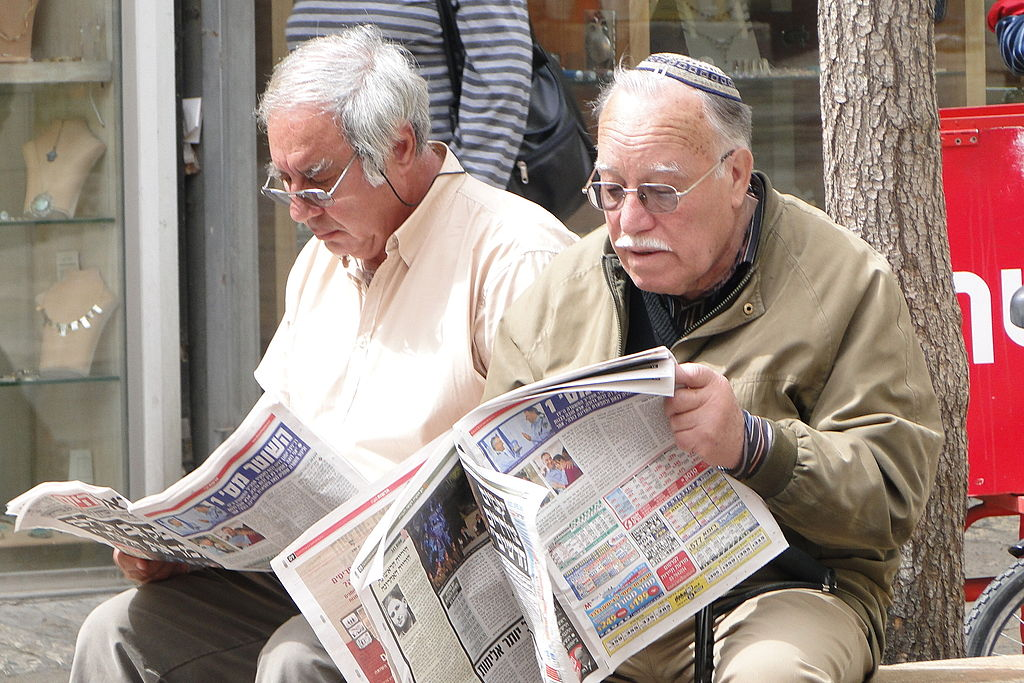 Lesen der Morgenzeitung in der Ben Yehuda Street in Jerusalem. Foto Adam Jones from Kelowna, BC, Canada, CC BY-SA 2.0, https://commons.wikimedia.org/w/index.php?curid=35364898