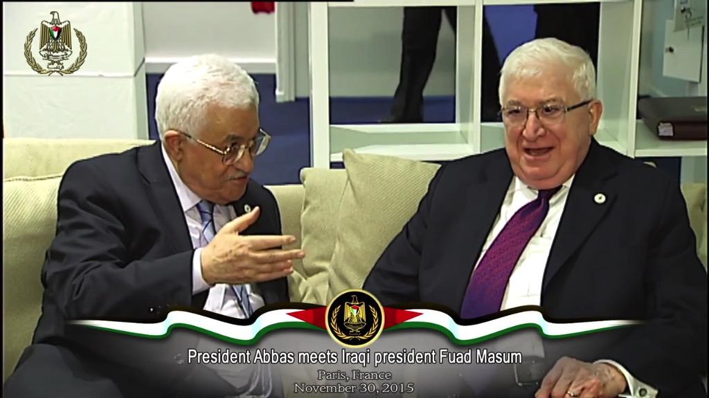 Ein vor Kurzem vom irakischen Präsidenten, Fuad Masum, verabschiedetes Gesetz schafft die Rechte von im Irak lebenden Palästinensern (kostenlose Schulbildung, Gesundheitsversorgung, Reisedokumente, die Arbeit in staatlichen Institutionen) effektiv ab und verändert den Status der Palästinenser von Staatsbürgern zu Ausländern. Abgebildet: Der irakische Präsident, Fuad Masum, (rechts) bei einem Treffen mit dem Präsidenten der Palästinensischen Autonomiebehörde, Mahmoud Abbas, (links) am 30. November 2015. Foto Screenshot, Geschäftsstelle von Mahmoud Abbas / Youtube