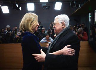 Der Präsident der Palästinensischen Autonomiebehörde, Mahmud Abbas, wird von der EU-Aussenpolitik-Chefin Federica Mogherini begrüsst. Foto © European Union
