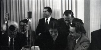 Golda Meir unterzeichnet die Unabhängigkeitserklärung von 1948. Links Ben Gurion. Foto Benno Rothenberg - http://www.archives.gov.il/, Public Domain, https://commons.wikimedia.org/w/index.php?curid=48441234