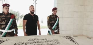 """""""Kollegah"""" besuchte das Mausoleum vom Erfinder des modernen Terrorismus, Jassir Arafat. Foto Screensjot Youtube / Bosshaft TV"""