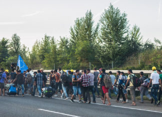 Flüchtlinge in Ungarn unterwegs nach Österreich (4. September 2015). Foto Joachim Seidler, photog_at from Austria - 20150904 174, CC BY 2.0, https://commons.wikimedia.org/w/index.php?curid=42915460