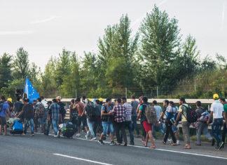 Flüchtlinge in Ungarn unterwegs nach Österreich (4. September 2015). Foto Joachim Seidler, photog_at from Austria - 20150904 174, CC BY 2.0, https://commons.wikimedia.org/w/index.php?curid=42915460