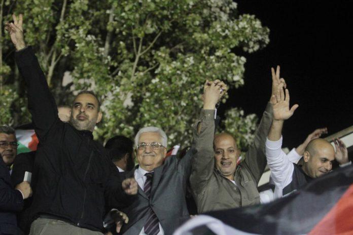 Der Präsident der Palästinensischen Autonomiebehörde, Mahmoud Abbas, zweiter von links, freut mit freigelassenen palästinensischen Terroristen aus israelischen Gefängnissen im Hauptquartier von Abbas in der Stadt Ramallah im Westjordanland am 30. Oktober 2013. Foto Issam Rimawi/Flash90
