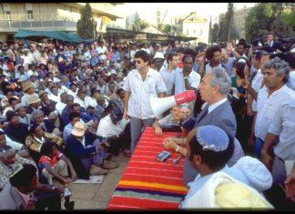 Der damalige Ministerpräsident Israels Shimon Peres spricht am 2 Oktober 1985 zu äthiopischen Migranten. Foto Harnik Nati/GPO