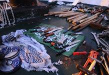 Einige der Waffen, die von Passagieren an Bord der Mavi Marmara benutzt wurden. Foto Israel Defense Forces, CC BY 2.0, https://commons.wikimedia.org/w/index.php?curid=34371782