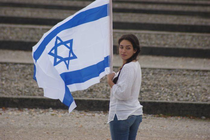 Junge Frau an der Gedenkfeier im KZ Dachau. Foto CC0 Creative Commons.