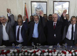 Von links Hamas-Führer im Gazastreifen Yahya Sinwar, Leiter des palästinensischen Geheimdienstes Majid Faraj, Leiter des politischen Büros der Hamas Ismail Haniyeh, PA-Premierminister Rami Hamdallah und ein ägyptischer Vermittler bei einem Treffen in Gaza City am 2. Oktober 2017. Foto Premierministerbüro.