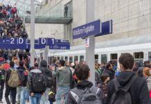 Ankunft von Flüchtlingen von der deutsch/österreichischen Grenze mit einem Sonderzug der Deutschen Bahn im Bahnhof des Kölner-Bonn-Flughafen im Oktober 2015. Foto © Raimond Spekking / CC BY-SA 4.0 (via Wikimedia Commons), CC BY-SA 4.0, https://commons.wikimedia.org/w/index.php?curid=44032297