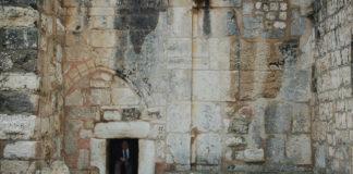 "Der Hauptzugang zur Geburtskirche in Bethlehem, bekannt als ""Tür der Demut"". Foto Dan/Flickr, https://www.flickr.com/photos/twiga_swala/2264905255.(CC BY-SA 2.0)"