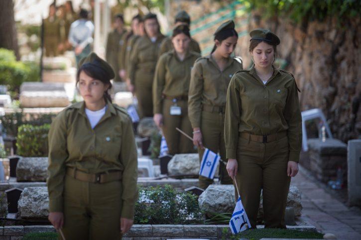 Soldaten legen vor dem Gedenktag für die gefallenen Soldaten Israels auf dem Soldatenfriedhof am Mount Herzl in Jerusalem israelische Fahnen auf die Gräber. Foto Hadas Parush/Flash90