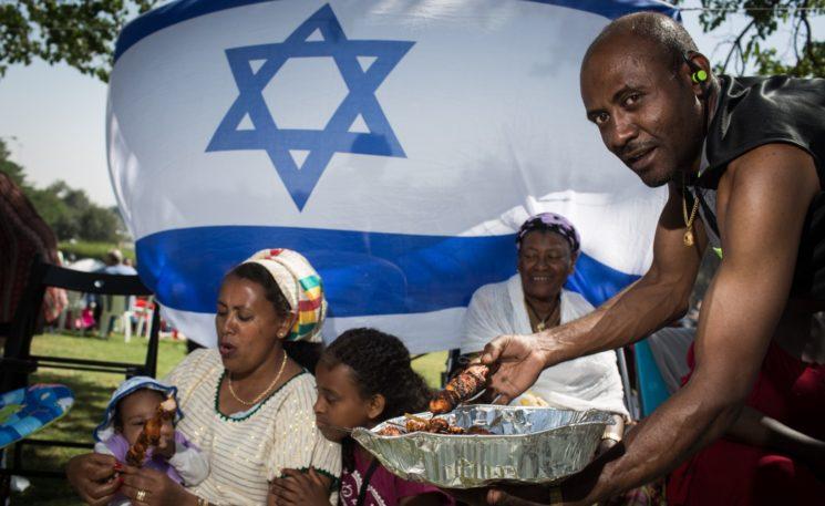 Israelis grillen am Unabhängigkeitstag im Sacher Park in Jerusalem. Foto Hadas Parush/FLASH90
