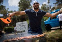 Ein israelischer Grillmeister mit seinem Nafnaf. Foto Yonatan Sindel/FLASH90